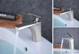 Nuevo estilo Material Latón solo manejar el grifo de la cuenca del cuarto de baño de porcelana sanitaria