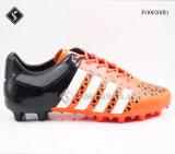 熱い様式の人の屋外のサッカーの靴
