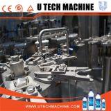 Bouteille à grande vitesse d'animal familier avec la machine de remplissage de l'eau minérale