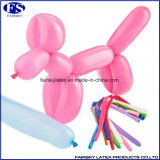Magische lange Form, die Ballone für Dekorationen verdreht