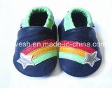 カエルが付いている2018の新式の赤ん坊靴
