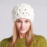 レディースハンドメイドの冬の暖かい編まれたツイストケーブルPOM POMはキャップする帽子によって編まれる帽子(HW135)を