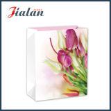 Belles fleurs faites sur commande bourrant le sac de papier de cadeau de transporteur d'achats