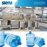 Terminar a máquina de enchimento da água bebendo de 5 galões