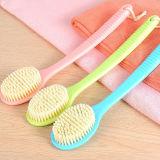 A escova nova do banho esfrega os pés do alcance do chuveiro dos cuidados médicos da massagem da pele que fricionam a esfoliação