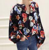 Las señoras forman la camiseta floral Collarless de la camisa del modelo