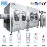 O enchimento do reservatório de água potável da máquina de embalagem