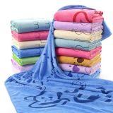 Мягкое полотенце ванны с нашивкой, по-разному цветы имеющееся