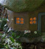 Decoração ao ar livre clara solar do jardim da casa feericamente de Polyresin