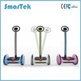 電気UnicycleのスクーターPatinete Electrico S-015のバランスをとっているSmartek 2の車輪のゴルフカートのスマートな自己