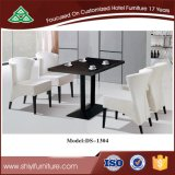 أحد طاولة مربّعة مع أربعة كرسي تثبيت يثبت