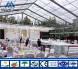 Barraca desobstruída do partido da parede de vidro do telhado para o banquete