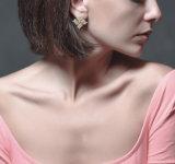 Orecchini popolari per le donne con i capelli di scarsità