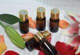 Parfum de pétrole avec le roulis sur des bouteilles