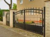 Entrada de estilo italiano de puerta de hierro forjado.