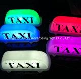 ステッカーのタクシーの上の広告のタクシーのライトボックス