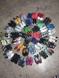 De gebruikte Goede Schoenen van de Tennisschoen van de Schoenen van de Sport van de Mensen van Schoenen