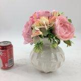 Decorazione chiara dei fiori artificiali conservata in vaso