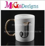 Superficie Aureate della maniglia con le tazze di caffè di ceramica della lettera