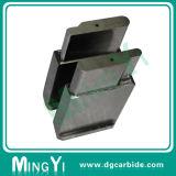 Таможня штемпелюя обнаруживающ местонахождение блок Mnold с частями металла