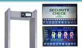公共のSecruityのための金属探知器を通る監視の歩行