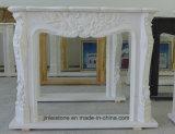 Bordi di marmo bianchi del camino con la pietra dei fiori per la decorazione dell'interno