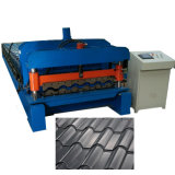 Le mattonelle colorate tetto del metallo rivestono la macchina con il punto ed il taglio