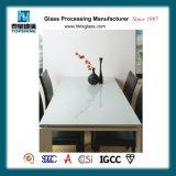 普及したダイニングテーブルのための様式によって塗られるガラステーブルの上