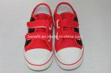 Chaussures de toile des enfants avec le beau modèle