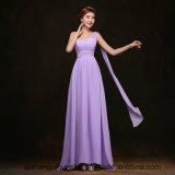 Bridesmaid одевает длиннее платье свадебного банкета