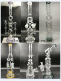 Tubo di acqua di vetro con la mano che fa il tubo di fumo di vetro