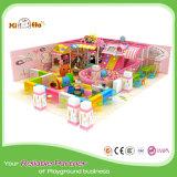 Cours de jeu d'intérieur de gosses d'enfants de thème de sucrerie petites