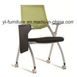 Silla de oficina moderna con el tablero de escritura