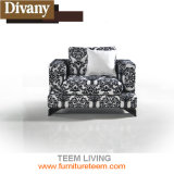 生きている快適な居間のソファーを満たしなさい