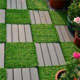 中国からの人工的な草のデッキのタイルをかみ合わせる屋外の庭の床タイル
