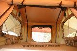 車の側面の日除けが付いている屋根の上のテント