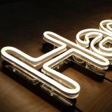 Luzes de néon que anunciam o sinal de alumínio