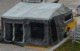 屋外のオーストラリアのテントによって電流を通されるキャンピングカートレーラー