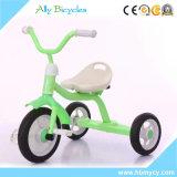 La conduite d'enfants de cadeau de Noël sur le tricycle en métal de jouets badine le tricycle