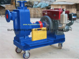 Individu de remorque amorçant la pompe à eau centrifuge de moteur diesel