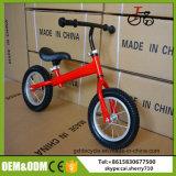 中国の赤ん坊は子供のバランスのバイクの子供のバランスの自転車をもてあそぶ