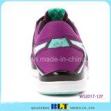 La muchacha de Blt aprende funcionar con los zapatos corrientes atléticos del estilo