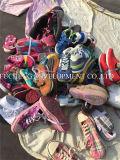 Серии используемых ботинок, используемые ботинки спорта/использовали ботинки/используемый пакгауз ботинок