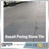 自然で黒い玄武岩の石の舗装の立方体かブラインドまたはペーバーの石または敷石