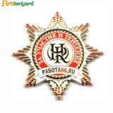 Логос нестандартной конструкции с нагрудной планкой с фамилией участника металла