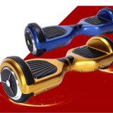"""Auto fresco do """"trotinette"""" das rodas duplas da forma que balança o """"trotinette"""" elétrico"""