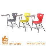 Пластичный стул школы с пишет пусковую площадку