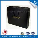 El papel de color negro Bolsa de compras con el logotipo de oro