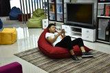 快適で不精なソファーのスリープの状態である豆袋のソファー