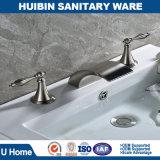 Ottone solido diffuso moderno del colpetto di miscelatore del bacino del rubinetto del dispersore della stanza da bagno della cascata in nichel spazzolato